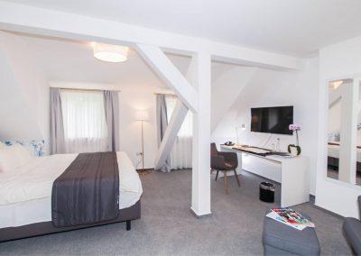 Hotelzimmer mit schrägen Balken