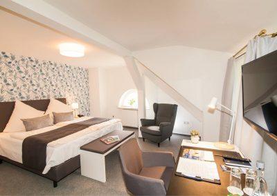 Hotelzimmer mit Schraege