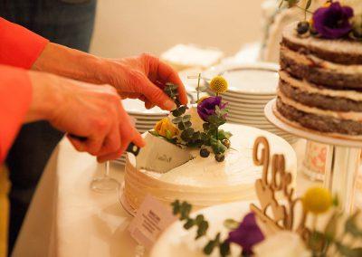 Hochzeitstortenzauberin Frau Marga schneidet an