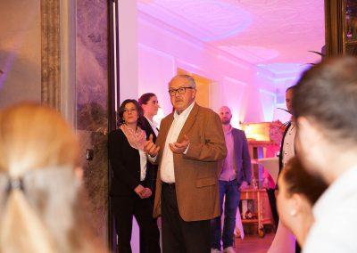 Seniorchef Heinz Huthmann bei der Begrüßung der Gäste